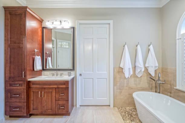 neu gestaltete badezimmer - badezimmermöbel holz stock-fotos und bilder