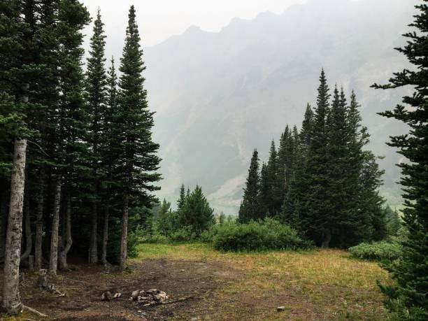 Remota y aislada camping al lado lago escondido profundo y alto de las Rocosas canadienses.  Pura soledad. - foto de stock