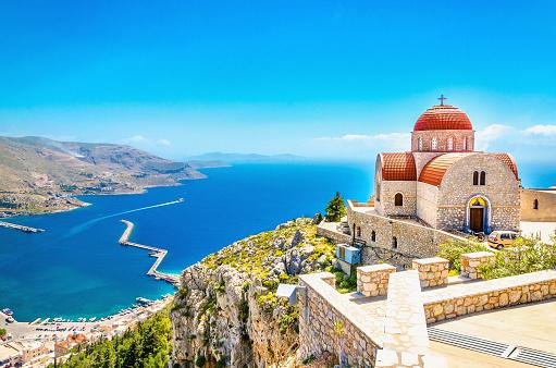 リモート教会と赤い屋根の崖ギリシャ - 2015年のストックフォトや画像を多数ご用意