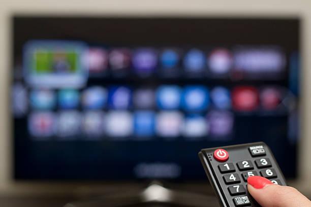 télécommande et tv intelligente - câble photos et images de collection