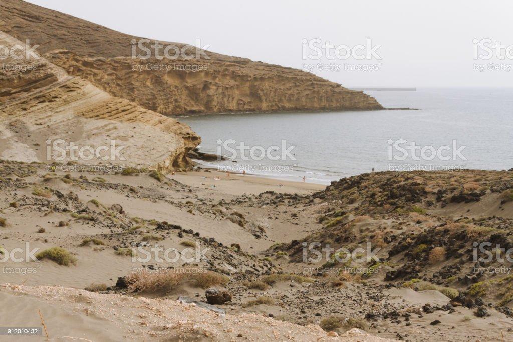 Distance plage de sable dans un paysage volcanique en été - Photo