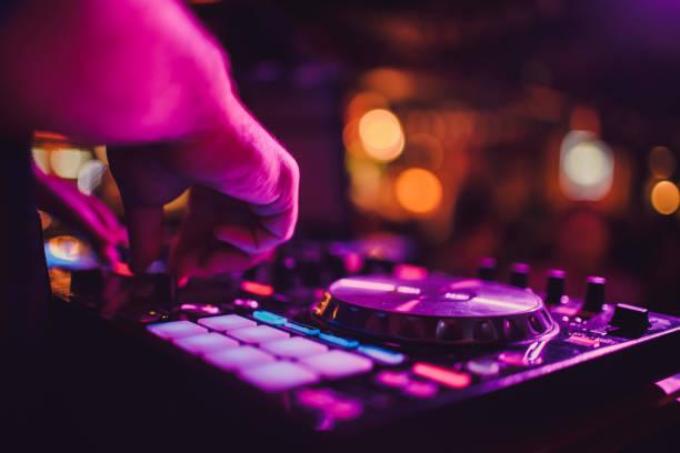 DJ Remote, Turntables und Hände. Nachtleben im Club, Party. – Foto