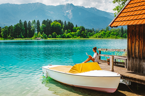 Remote Working is getting more and more common for freelancers and digital nomads all over the world. As they only need themselves, a laptop and a good WIFI connection, they can work from the most beautiful places of the world. One of these places is Lake Faak in Austria, Europe