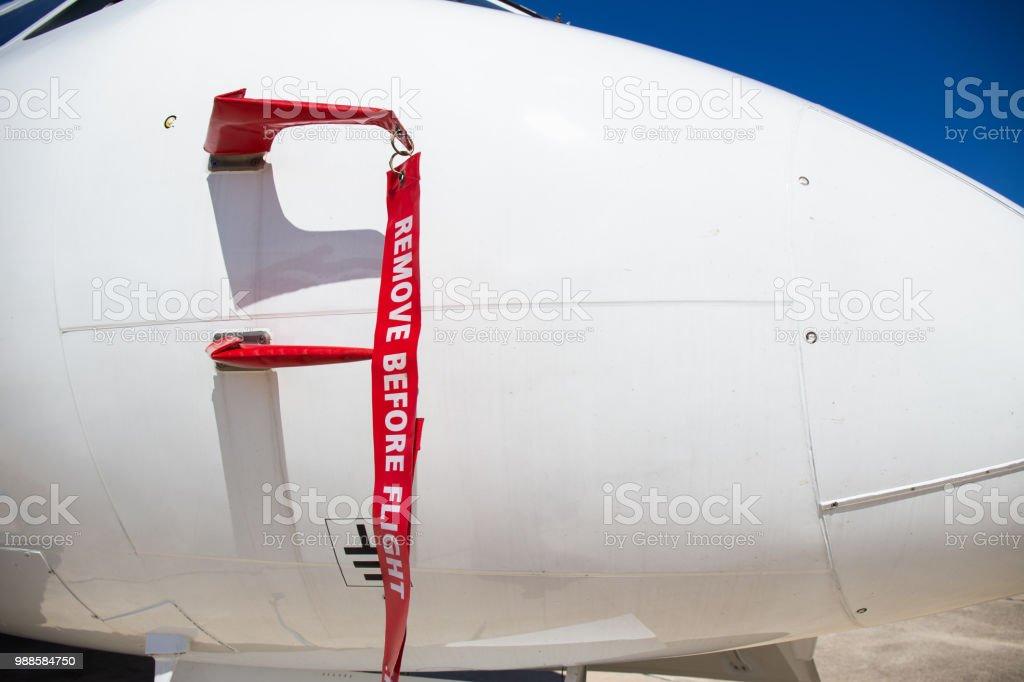 Entfernen Sie, bevor Flug Flagge statische Staurohr weißen Flugzeuge am Parkplatz abdecken – Foto