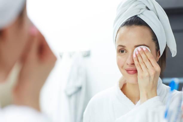 Removing eye makeup ストックフォト