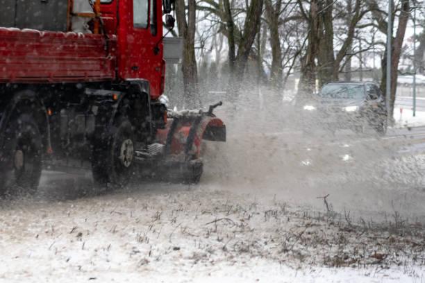 beseitigung von schnee, die auflösung von der fahrbahn - dunkle flecken entferner stock-fotos und bilder