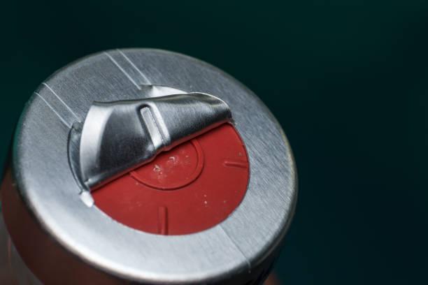 het metalen oppervlak van een injectieflacon verwijderen om de naald van de spuit te beschermen - ketamine stockfoto's en -beelden