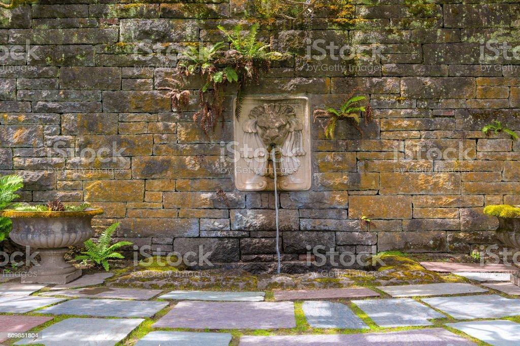 Stenen Muur Tuin : Renaissance tuin met lion head waterfontein op de muur van een