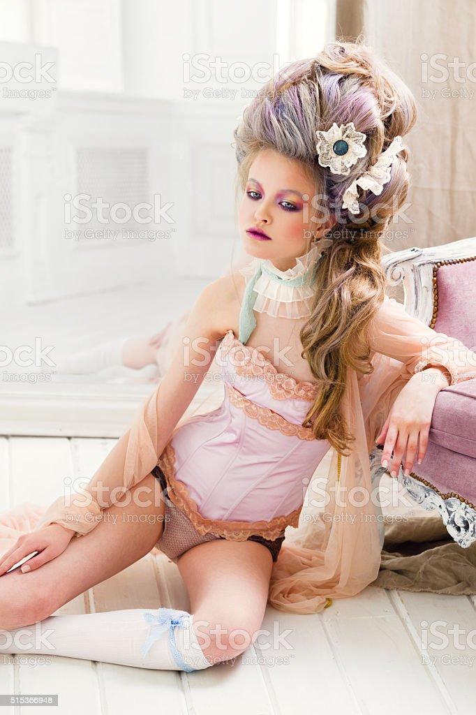 Ренессанс женщина на этаже стоковое фото