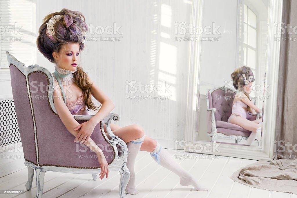 Ренессанс женщина, сидя в кресле стоковое фото