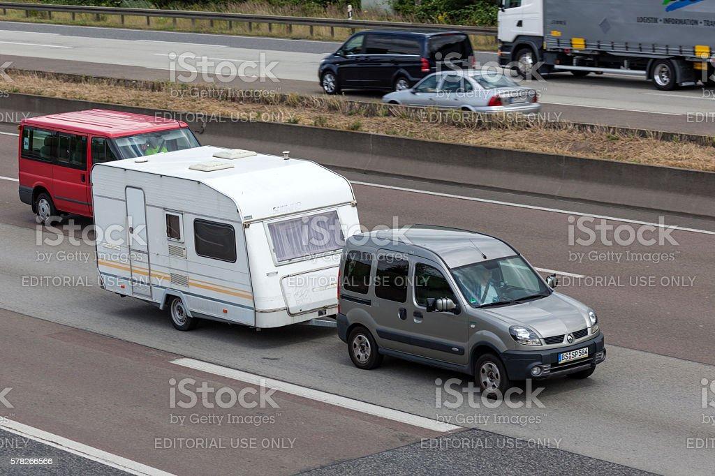Renault Kangoo towing a caravan foto de stock libre de derechos