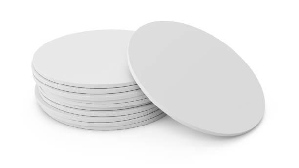 3d-rendering weißen bierdeckel isoliert auf weißem hintergrund - untersetzer stock-fotos und bilder