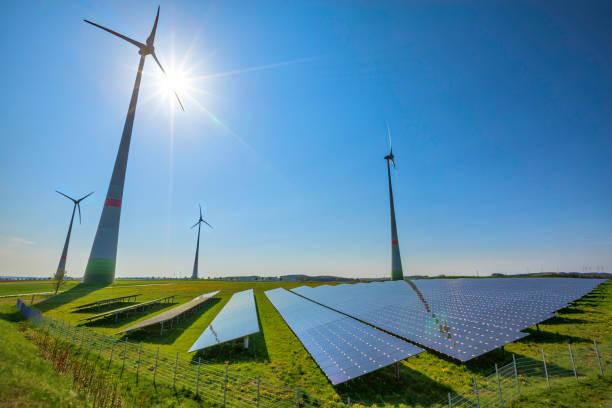 energías renovables: turbinas de viento y paneles solares modernos (hdri) - energía solar fotografías e imágenes de stock