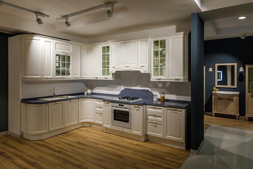 흰색과 파란색 톤에 개조 된 주방 인테리어 0명에 대한 스톡 사진 및 기타 이미지