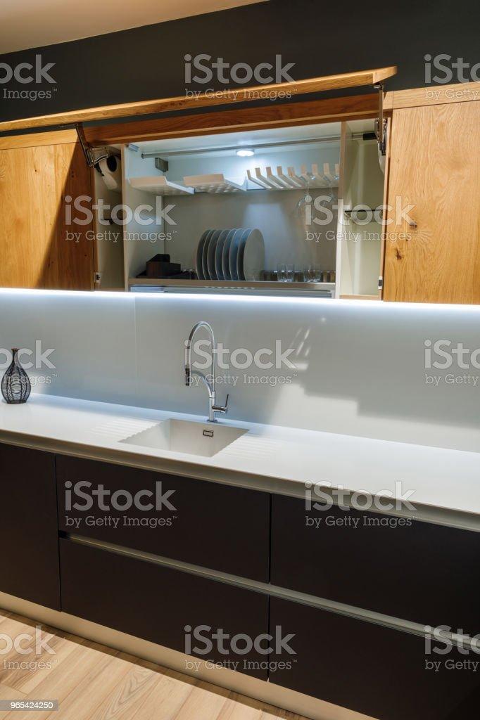 Intérieur de cuisine rénovée avec une vaisselle élégante dans placard - Photo de Ameublement libre de droits