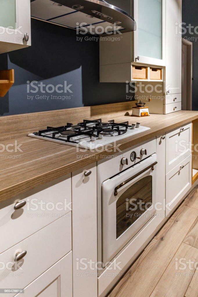 Intérieur de cuisine rénovée avec armoires blanches - Photo de Ameublement libre de droits
