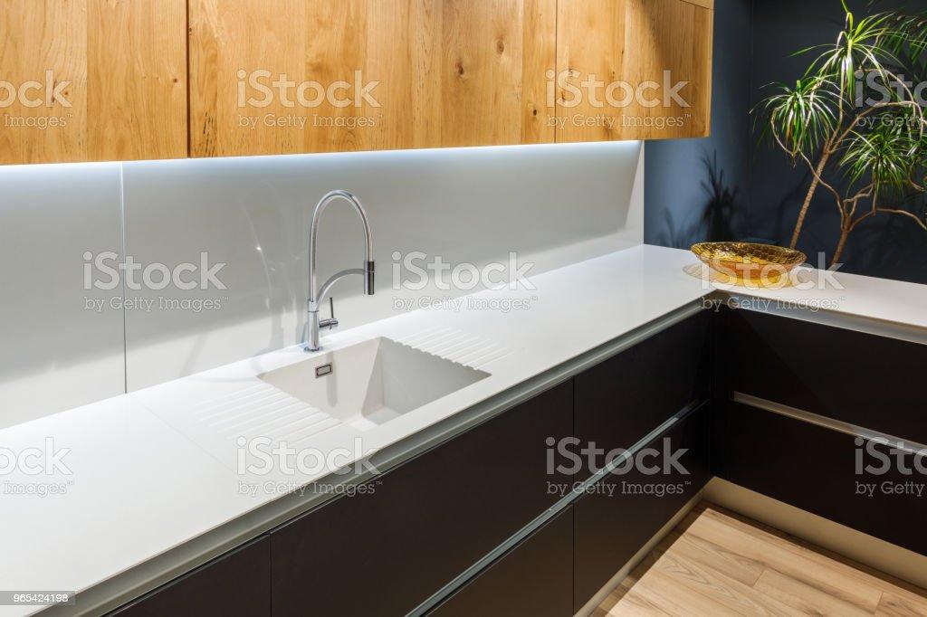 Intérieur de cuisine rénovée avec lavabo blanc - Photo de Ameublement libre de droits