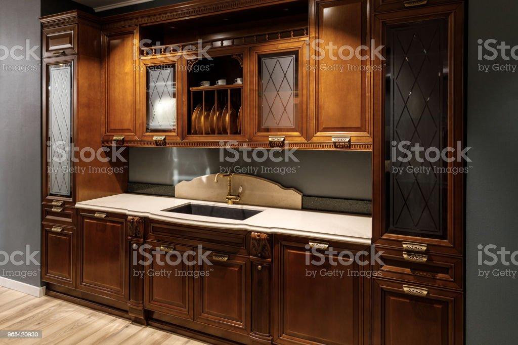 Renovierte Küche Interieur mit hölzernen Schränken und Spüle - Lizenzfrei Das Leben zu Hause Stock-Foto