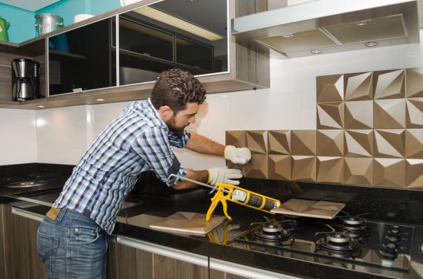 renovierung der küche - fliesenkleber stock-fotos und bilder