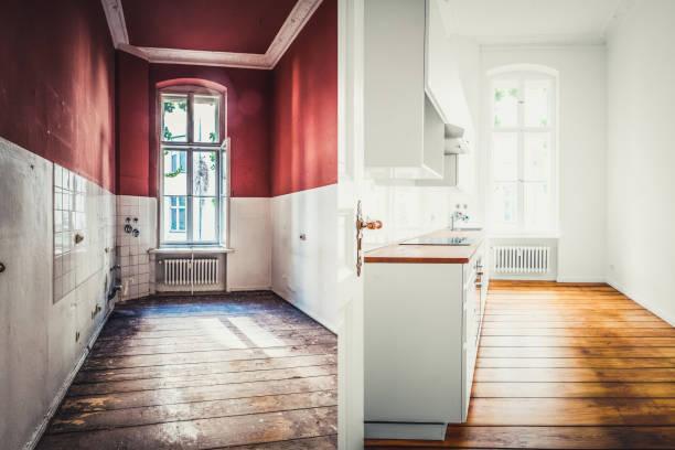 Renovierung-Konzept - Küche vor und nach der Sanierung oder Restaurierung- – Foto