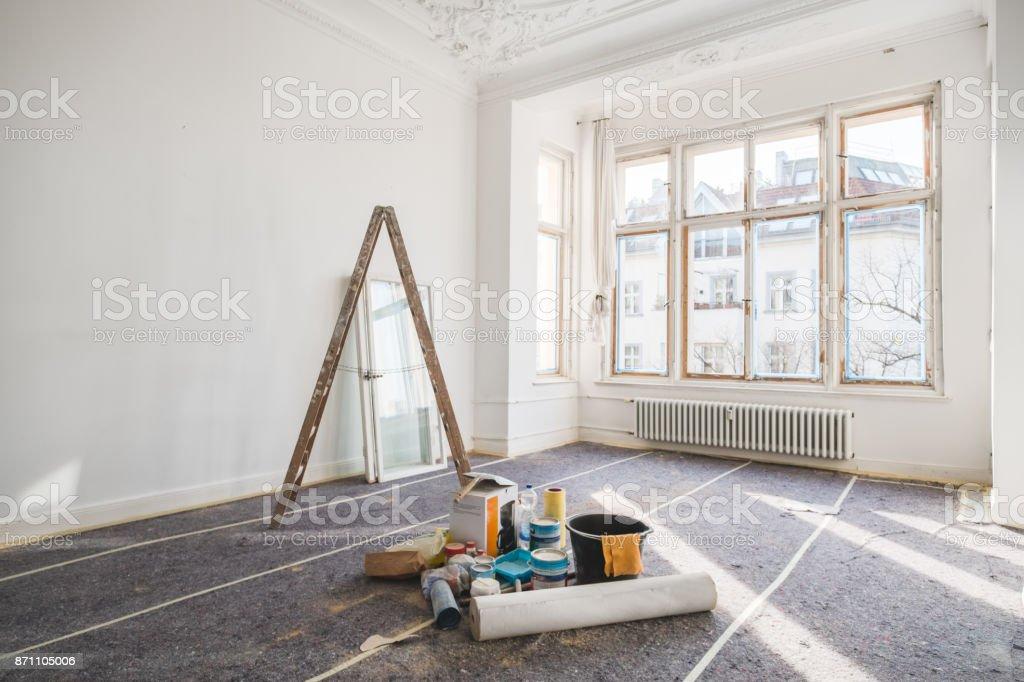 conceito de renovação - quarto no antigo edifício durante a restauração foto de stock royalty-free