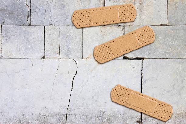 renovierung eines alten steinernen wand-konzept-bildes mit pflaster - bild mit textfreiraum - pflasterbau stock-fotos und bilder