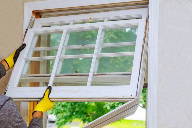 prace remontowe w starym domu i wymiana okien - okno zdjęcia i obrazy z banku zdjęć