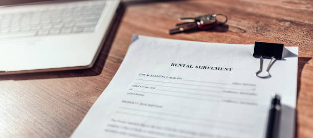 contrato de acuerdo de alquiler - casa alquilada fotografías e imágenes de stock
