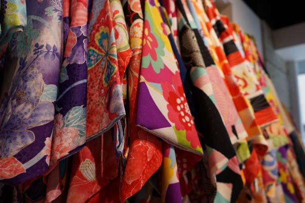 vermietung-kimono in japan - kimono stock-fotos und bilder