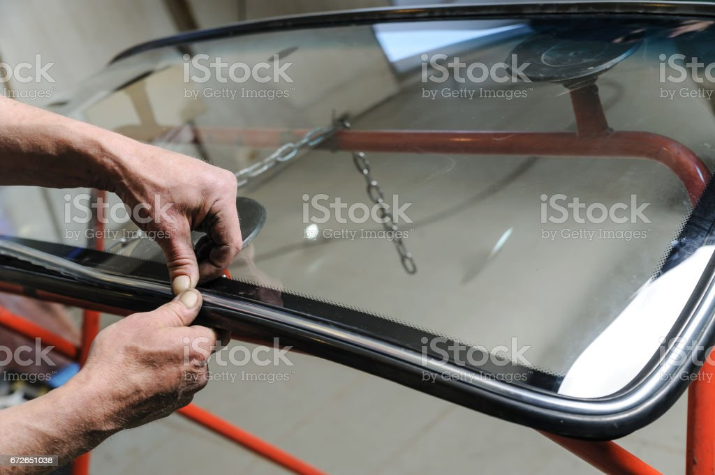Repair and replacement of the windshield of the car. – zdjęcie
