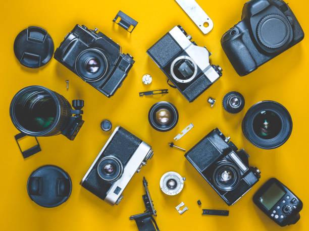 壊れたフィルム カメラの概念は、平面図を修復します。職場を写真します。 - カメラ ストックフォトと画像