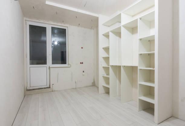 im wohnzimmer von neubauten, einbauschrank und auf die dielen laminat reparieren - laminat günstig stock-fotos und bilder