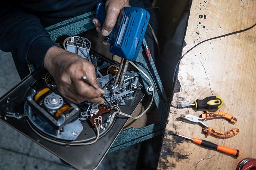 Repairing An Old Grammophone.