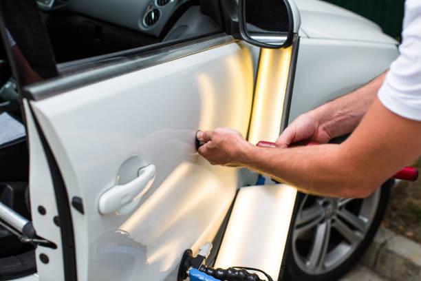 naprawa wgniecenia samochodu po wypadku przez naprawę bezmalerów - naprawiać zdjęcia i obrazy z banku zdjęć