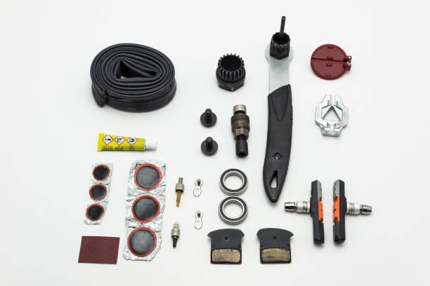 Reparatur von Fahrrädern. Werkzeuge, Teile und Geräte einstellen. Isoliert auf weißem Hintergrund. – Foto