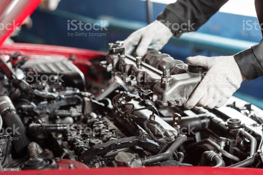 Reparatur von modernen Dieselmotor, Arbeiter Hände und Werkzeug. Kfz-Mechaniker betrachten Motor für Analyse Symptome von Auto auf Wartung-Reparatur-Service-station – Foto