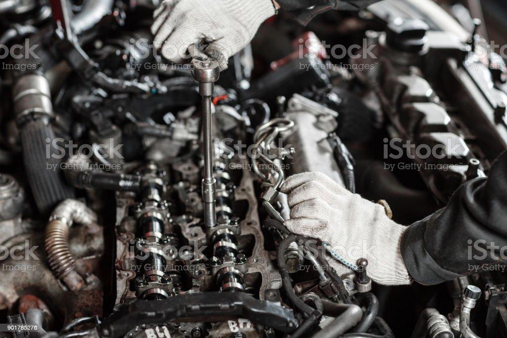 Fotografía de Reparación De Motor Diesel Moderno Las Manos De Los ...