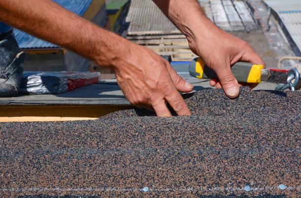 reparatur des daches durch schneiden fühlte oder bitumen schindeln während abdichtung funktioniert. - dachschräge einrichten stock-fotos und bilder