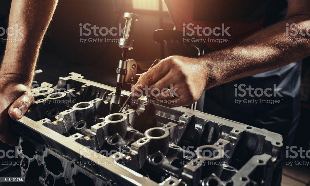 Repairing V10 engine in auto repair shop - Zbiór zdjęć royalty-free (Brudny)