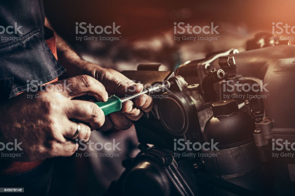 V10-Motor in Auto-Werkstatt reparieren – Foto