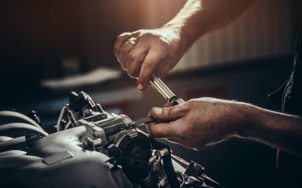 réparation moteur v10 en atelier de réparation automobile - garagiste photos et images de collection