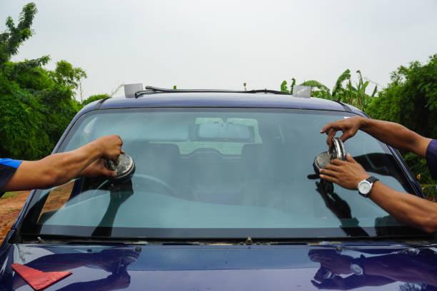 reparatie voorruit vervangen ruitenwisser tools vast spleet gebroken raam glas auto voertuig diensten door glaszetter. onderhoud reparatie, vervangen voorruit, concept van de wisser van de auto van de voorruit. - voorruit stockfoto's en -beelden