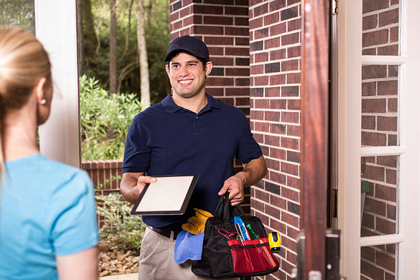 repairman at customer's front door. - consertador - fotografias e filmes do acervo