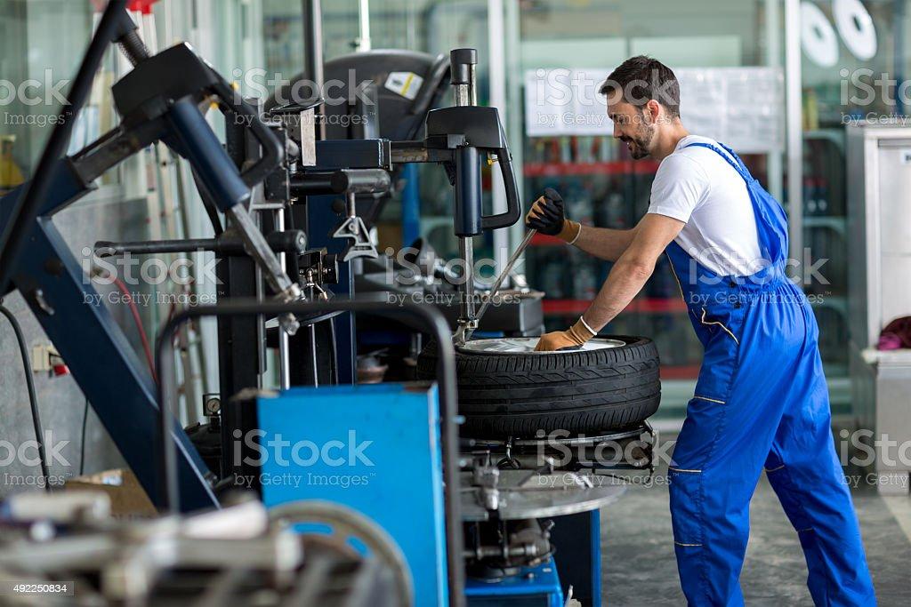 Handwerker balancing Auto Rad auf Gleichgewicht R – Foto
