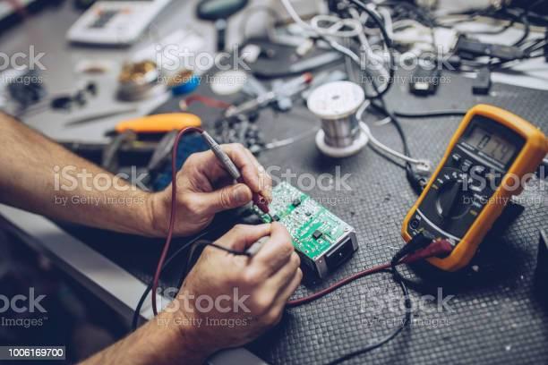 Reparateur Verifiëren Van Spanning Met Digitale Multimeter Stockfoto en meer beelden van Alleen mannen