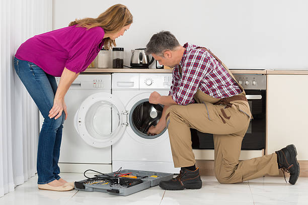 repairman checking washing machine - waschmaschine fotos stock-fotos und bilder