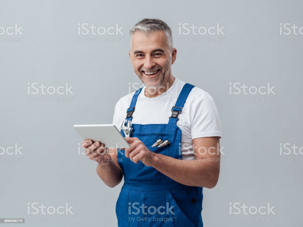Repairman connecting with a tablet – Foto