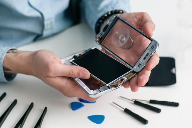 Repairman disassembling smartphone close-up – Foto