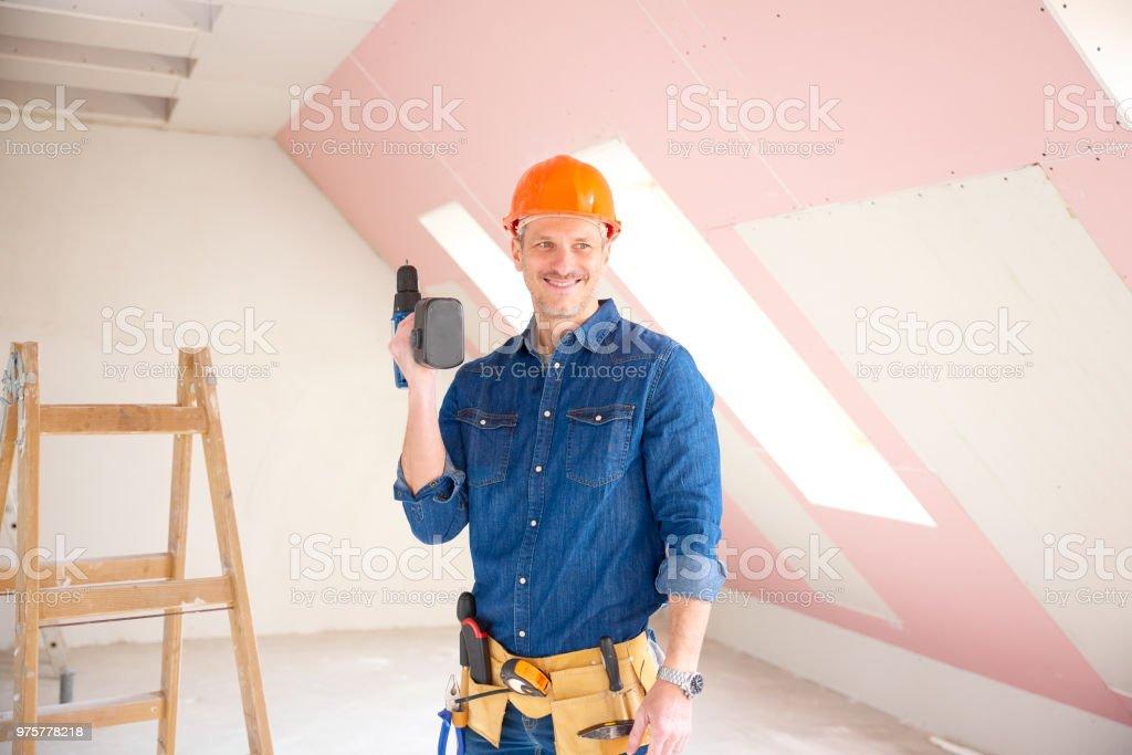 Mechaniker mit Bohrmaschine in der hand - Lizenzfrei Arbeiten Stock-Foto