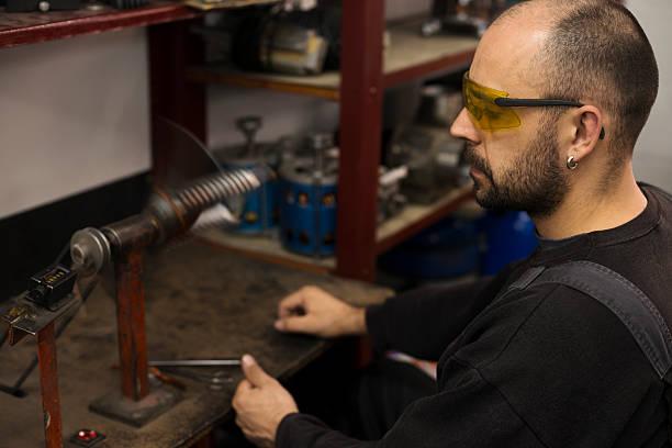 réparateur de la préparation de la révision des moteurs électrique - rame pièce détachée photos et images de collection